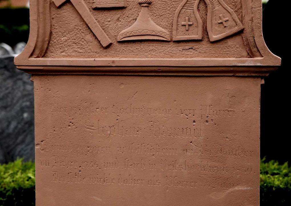 Auch beim Grabstein des Priesters Stephan Hammel muss die nur noch schwer lesbare Inschrift nachbearbeitet werden.