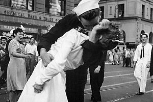 Veteran in iconic WWII kiss photo dies at 86