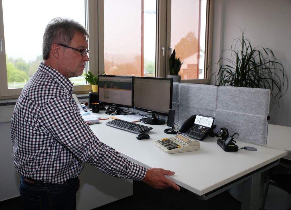 Besonders mitarbeiterfreundlich: Höhenverstellbare Schreibtische in den Büros