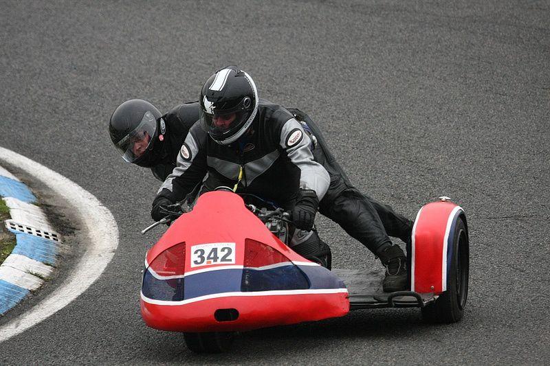 Trophée Coluche 2013 Carole Démonstrations de motos et side car anciens sur piste au profit des restos du coeur