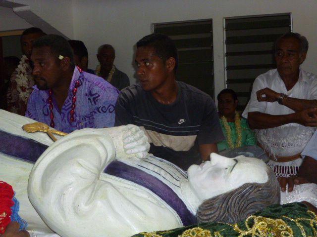 Depuis UTUFUA jusqu'à l'église de Malaefoou, La statue de Saint Jean Marie VIANNEY a fait le déplacement en compagnie des paroissiens d'Utufua, de Wallis et d'ailleurs. En photo, le voyage de la statue.