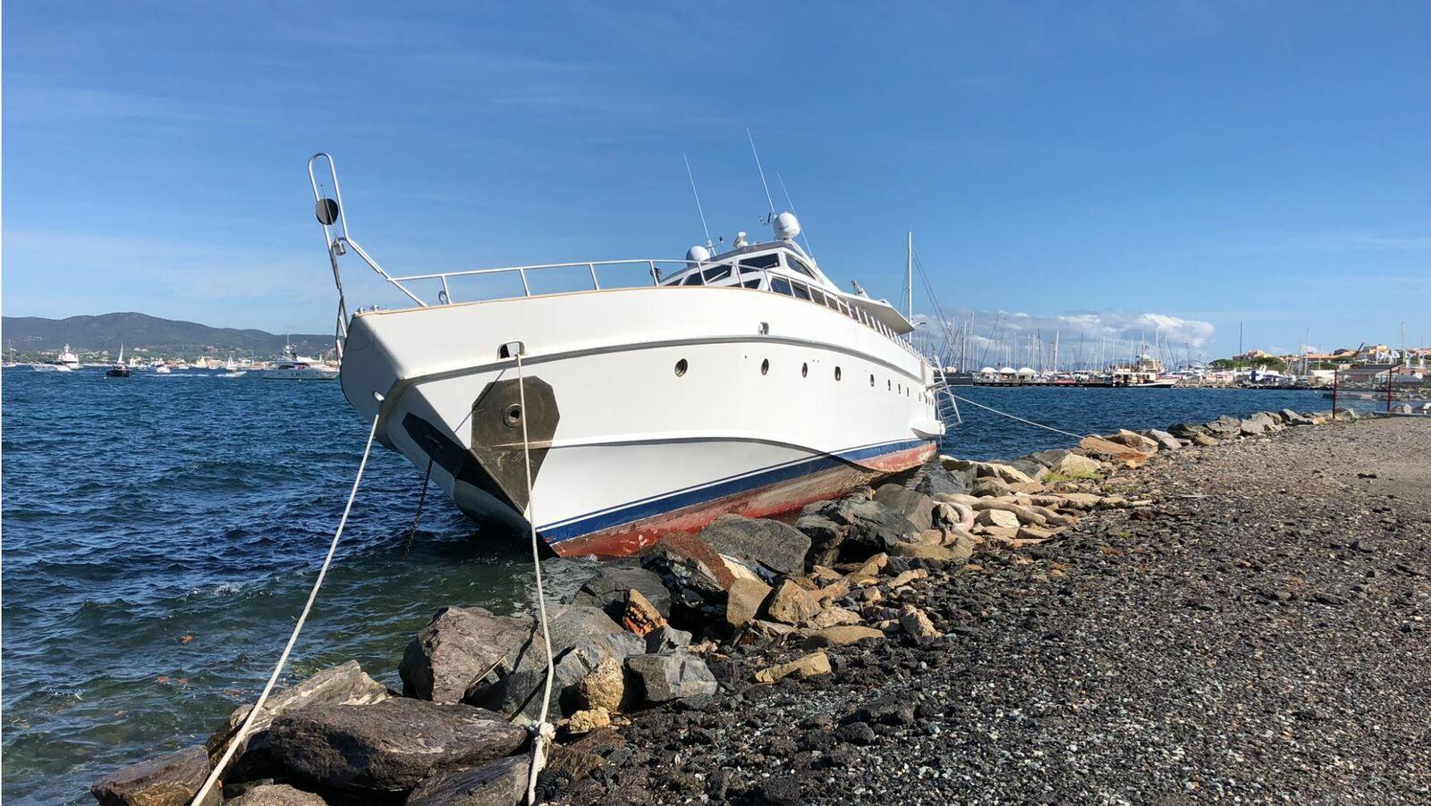 L'Ipsum, un vieux motoryacht de 30m, échoué depuis mai 2019 en plein coeur de Saint-Tropez. Photo NV ActuNautique