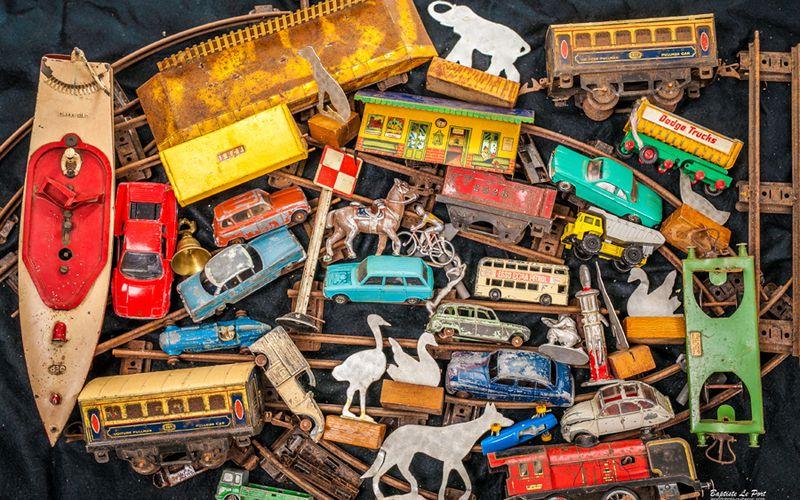 9 décembre - mise en scène de vieux jouets pour un encadrement 60X90