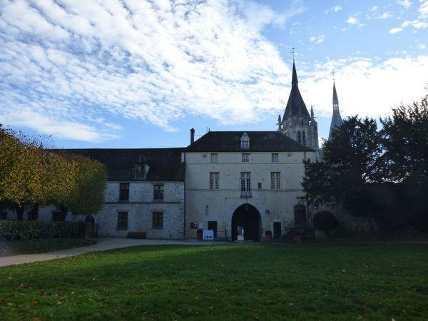 Le logis et le musée, le parc et son donjon en accès libre, on aperçoit l'église.