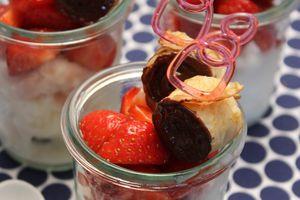 Glace au lait ribot, salade de fraise et petit roulé de crêpe au lait ribot