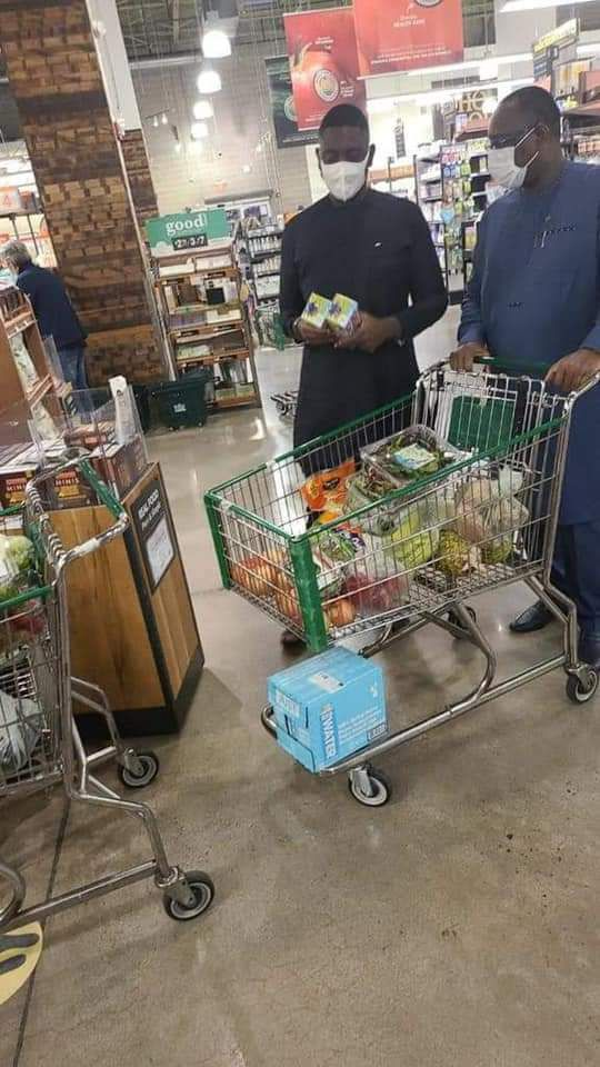 LE PRESIDENT MACKY SALL  IS SHOPPING AT THE FRUITS MARKET IN NEW YORK CITY ...