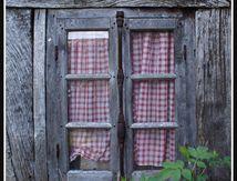 La vieille fenêtre aux rideaux Vichy ...