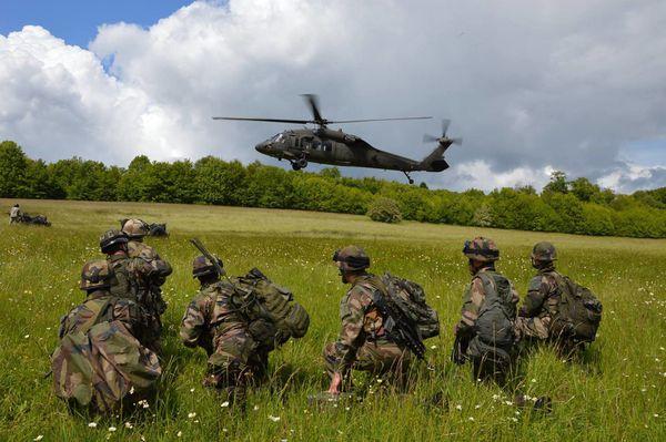 Des Black Hawk américains en exercice avec le 1er Régiment d'Artillerie