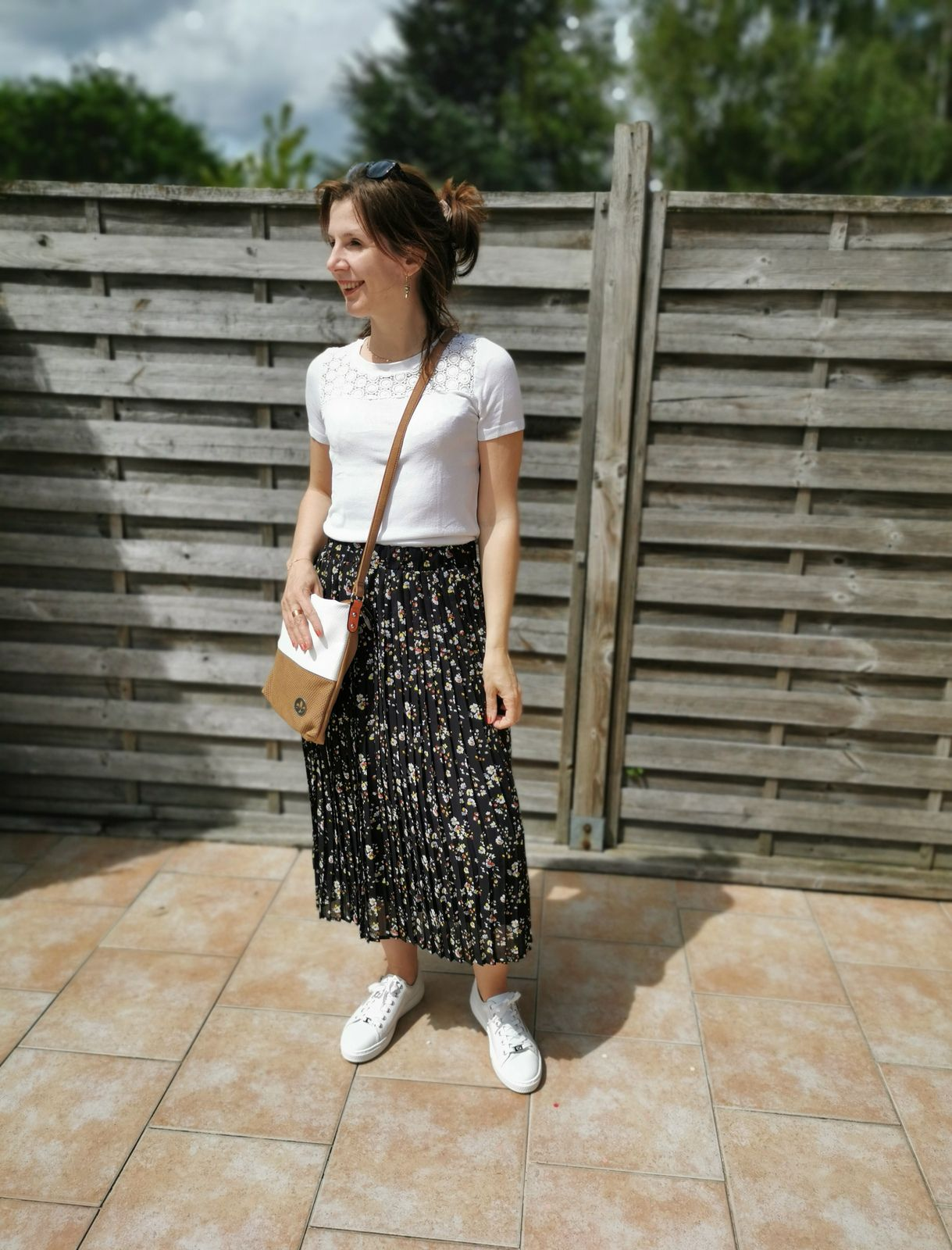 Look 1 - jupe longue , baskets blanches
