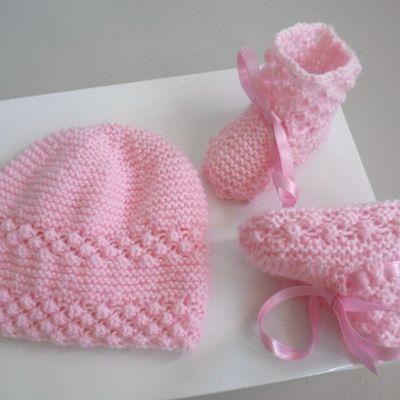 Bonnet et chaussons bébé couleur rose, ensemble tricoté main, laine tricot bébé fait main