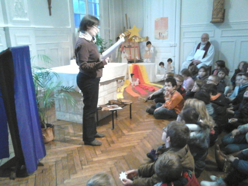 Les enfants de la PS au CE1 ont célébré l'attente de Noël à la chapelle de l'école, en présence du Père Meybeck et de Sr Monique.
