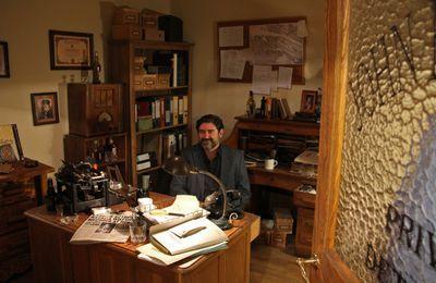 Juanjo Guarnido dans le bureau de son personnage Blacksad (Musée de la BD Bruxelles)
