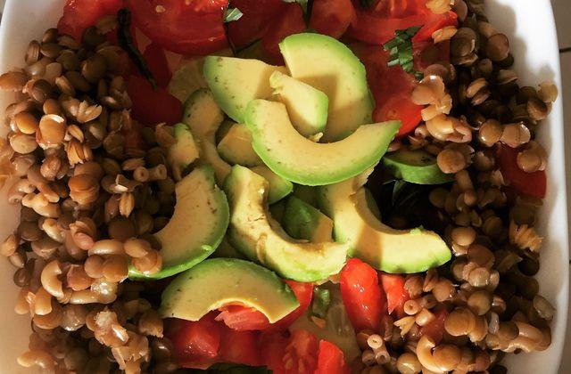 Salade composée de saison :  lentilles vertes, concombre, tomate, avocat et basilic