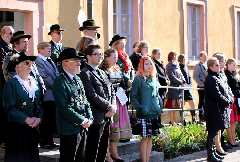 Petrus meinte es gut beim Ökumenischen Gottesdienst anlässlich des 64. Bezirksschützentages im Veitshöchheimer Rathaushof, nicht jedoch die Hofgartenverwaltung