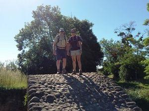 Avant Pamiers, pont romain sur la Crieu. Corinne et Pierre-Yves.