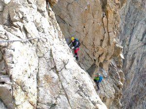 """Un des """"crux """" de la muraille Castelneau, la dalle des Autrichiens, un pas de 3+ où certains mettent le pied dans l'anneau de corde.en place ..."""