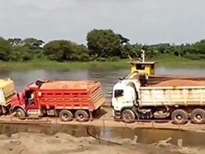 Vidéo - 4 camions chutent d'un ferry dans le rio Magdalena, en Colombie
