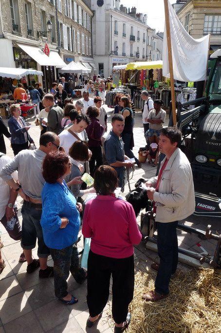 """C'est à l'occasion du marché de Rambouillet que les personnels de la BN s'est mobilisé pour faire connaitre la situation quant à l'avenir de leu établissement et faire signer leur pétition """"NON A LA DISPARITION DE LA BERGERIE NATIONALE DE RAM"""
