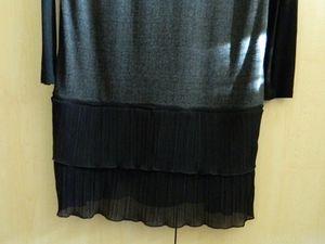 la couture au niveau des manches et la partie jupe