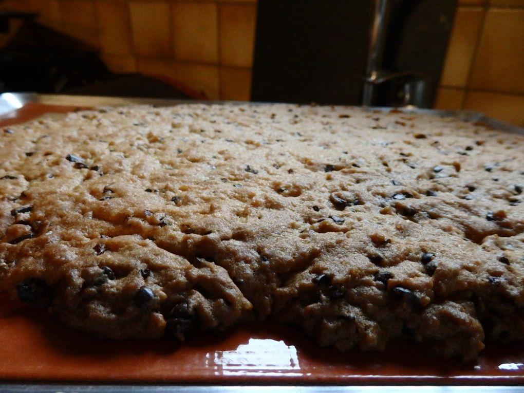 Cookie géant grué de cacao et pépites de chocolat.