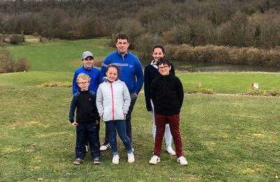 Une école de golf Jeune