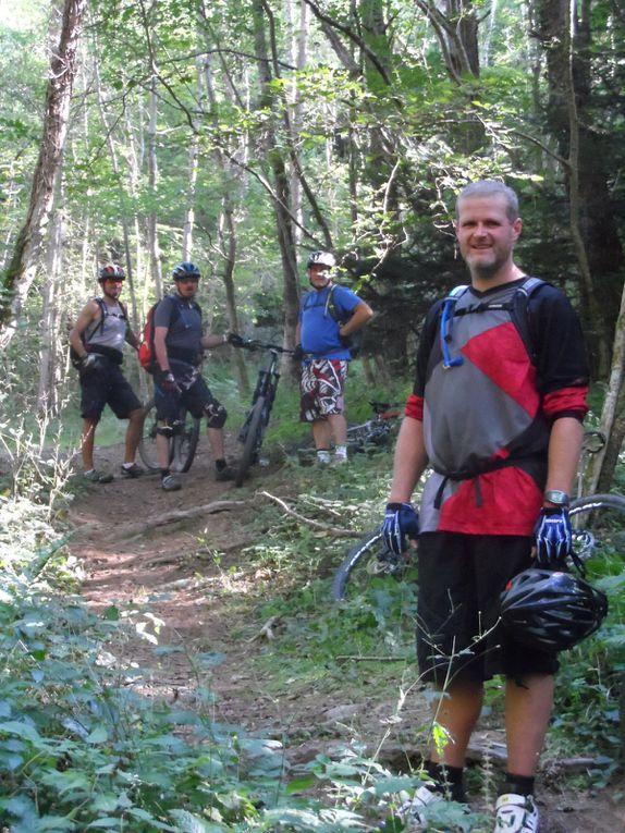 Après une longue descente, on passe un pont de bois pour prendre un joli sentier qui remonte dans la forêt.