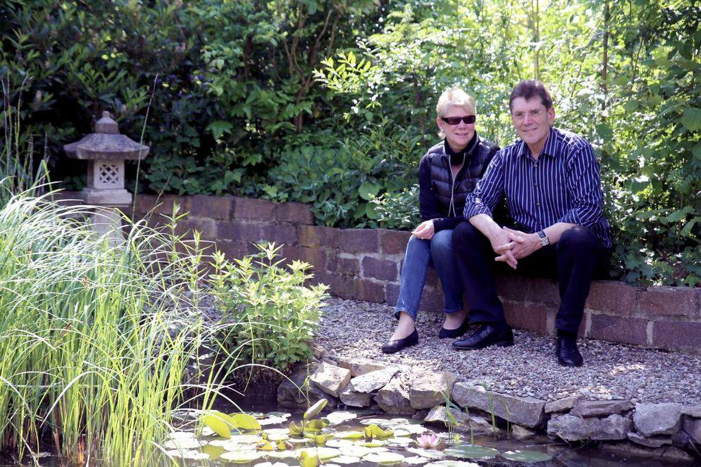 Corona und Burkhard Löfflers Lieblingsplatz ist das Beobachten von Goldorfen, Kois, Sonnenbarschen und Moderlieschen in ihrem Gartenteich.