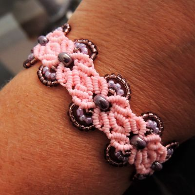 bracelet macramé fleur 6 pétales avec perles