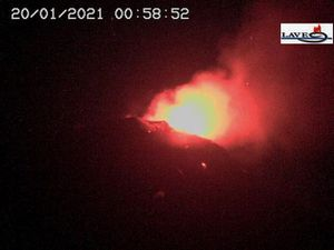 Etna - SEC activity on January 20, 2021 at 12:58 am and 2:58 am - LAVE webcam Etna