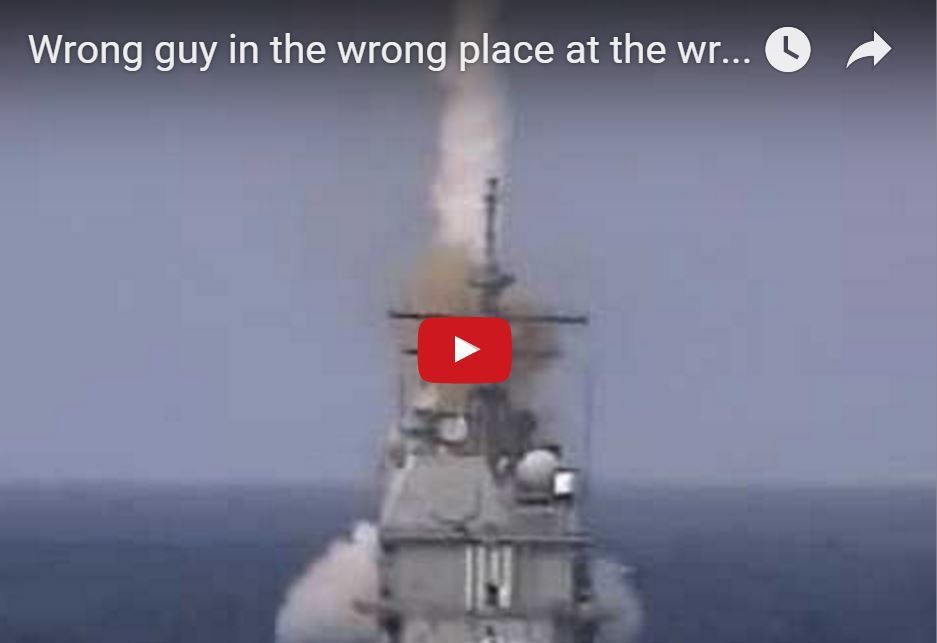 VIDEO - un matelot au mauvais endroit, lors d'un tir de missile