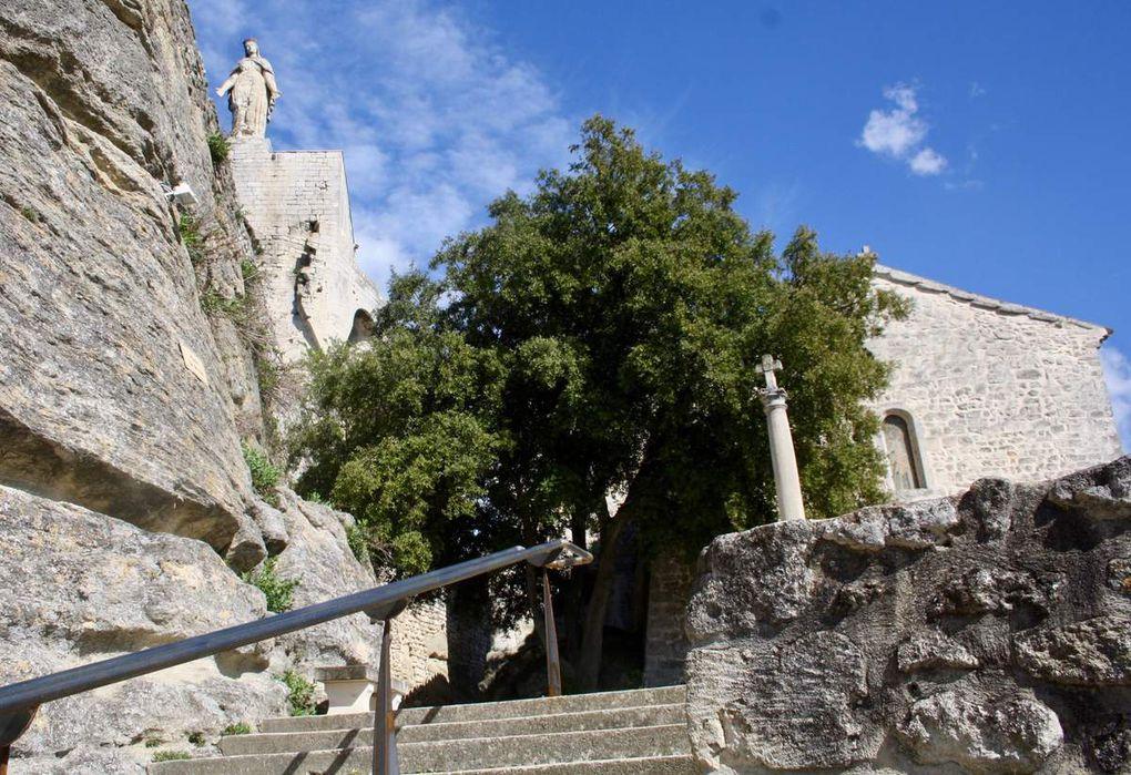 """""""Ancienne dépendance du prieuré de Saint-Amans-de-Montségur, l'église Saint-Michel fut construite au XI-XIIe siècle. Elle est blottie au pied du donjon ; ses deux chapelles latérales ont été construites au XIII siècle : en voûtes sur croisées d'ogives."""" (Sources site Mairie de Clansayes)"""