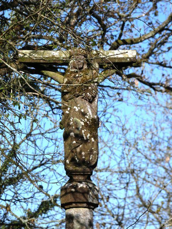 Le Tréhou 0, Croas-ar-Guennou, g. k. s. 5,50m. XVIè s. Degrés de schiste disloqués. Socle cubique. Fût à pans, chapiteau. Croix de section octogonale, crucifix, Vierge à l'Enfant