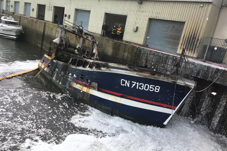 Normandie – Un chalutier en flammes à la dérive dans le port de Grandcamp-Maisy