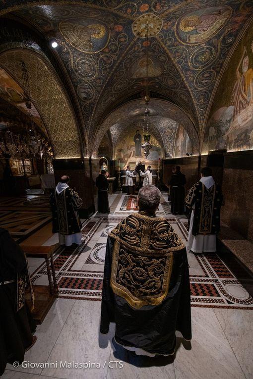 """""""Tout est accompli"""" (Jean 19 ; 30) Images de l'office des funérailles du Christ ce vendredi soir dans une basilique du Saint sépulcre plus vide que jamais... merci Giovanni Malaspina pour les photos"""