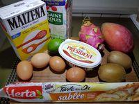 1 - Préchauffer le fous th6 (180°). Laver, sécher les fruits. Etaler la pâte sablée, la piquer à la fourchette, recouvrir le fond de tarte de papier sulfurisé, lester de billes ou de légumes secs et la mettre à cuire à blanc dans le four th 6 pendant 10 à 15 mn.