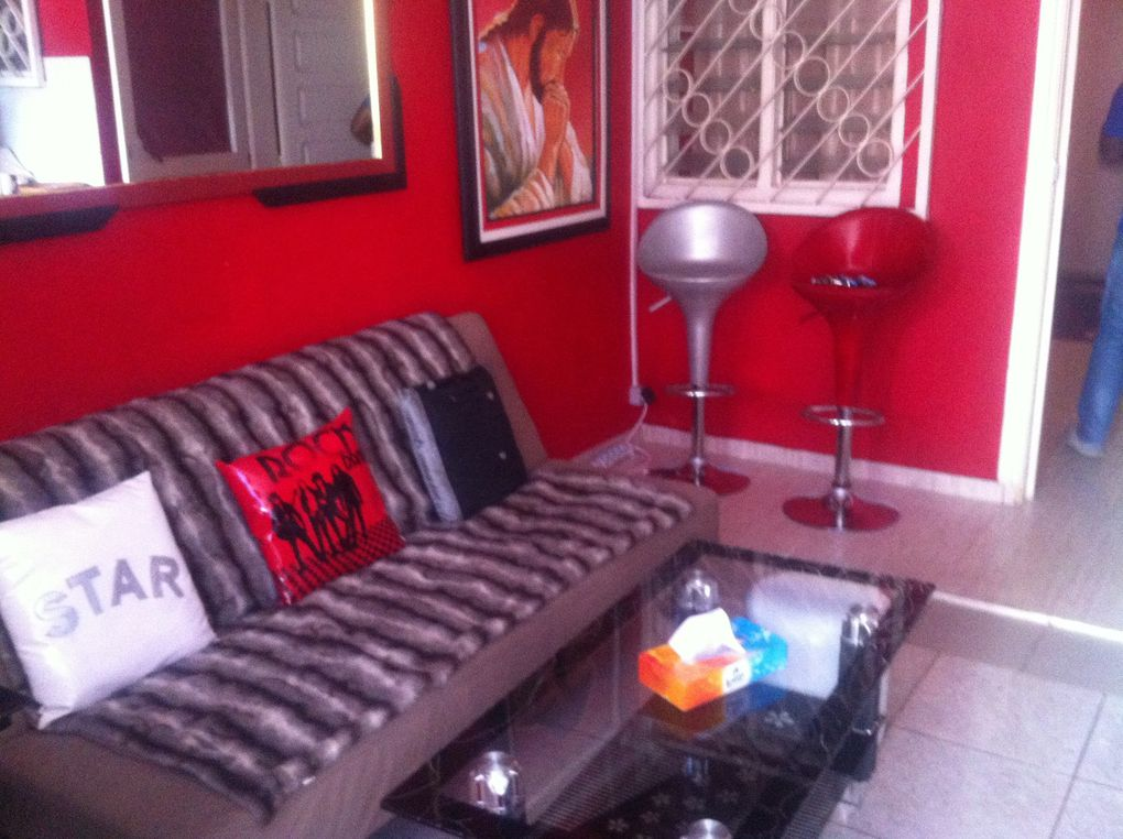 Dans un quartier sécurisé, non loin de la rue du canal en zone 4, Abidjan, petite maison de 2 pièces comprenant : -1 petite cour - 1 séjour -1 cuisine équipée (réfrigérateur, cuisinière, micro-onde) - 1 grande chambre -1 douche et WC - Wifi et canal sat. Location: 45 000 Fr - 69 Euros par jour. Possibilité de forfaits. Tél 00 225 22 49 47 95 - 00 225 49 29 87 89.