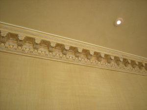 Patine cordée sur les murs et dans les corniches.