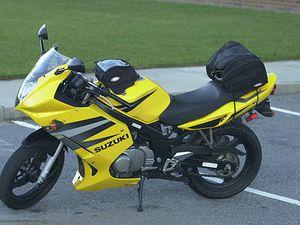 Moto jaune Susuki GS500-wikipedia Doug Boyd 2006, cycliste, camionnette Poste, voiture, Cl. Elisabeth Poulain