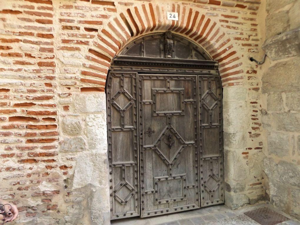 Façades, détails burlesques, portes et patios font le charme de Cahors