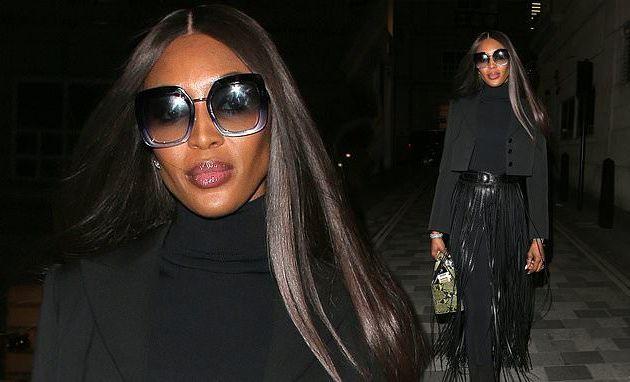 Naomi Campbell porte toutes les nuances d'une superbe jupe à pompons en cuir noir alors qu'elle sort pour un rendez-vous à Londres (Photos)