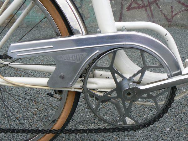 Le vélo est équipé d'une roue-libre 3 vitesses, avec l'excellent dérailleur Huret Svelto et le sélecteur sur-dimensionné, également de chez Huret, qui équipe les Motobécane Progress.  Le pédalier est protégé par un carter Alu-dur, léger et sans fioriture.