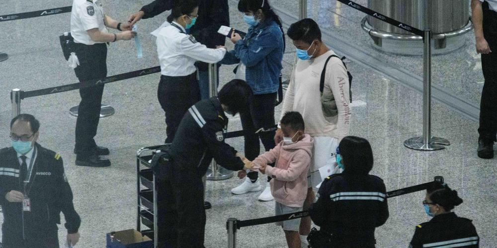 Covid-19 : à Hong Kong des enfants à l'isolement séparés de leurs parents et attachés à leur lit