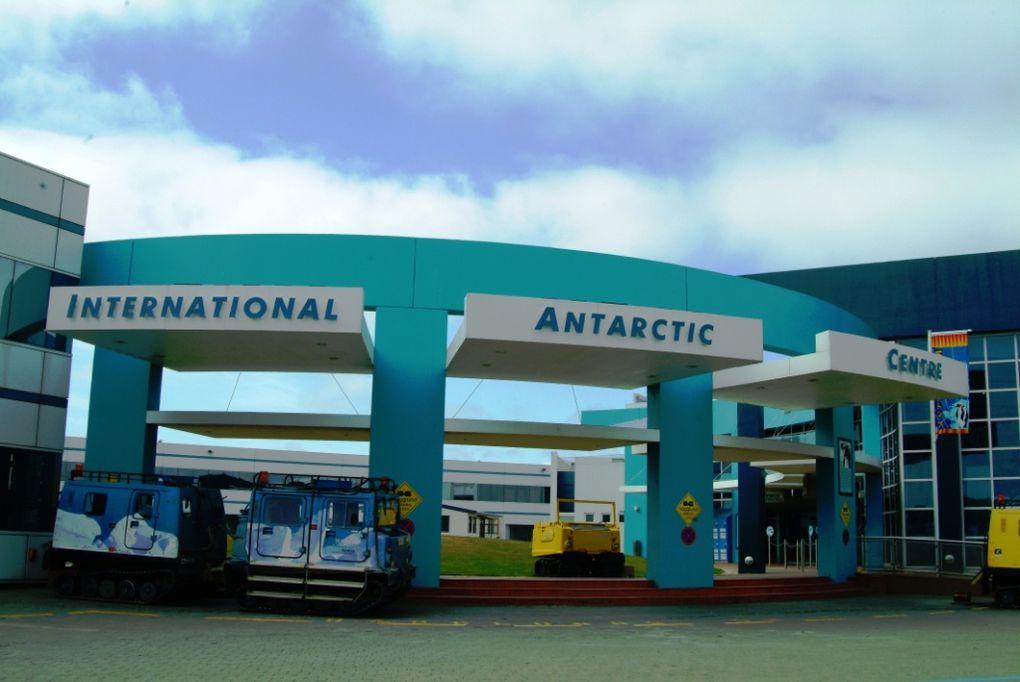 1/ Antarctic center 2/ immeuble détruit à Christchurch 3/ mur de protection des chantiers de reconstruction 4à11/ photos prises à Akaroa et sur la route dans les montagnettes 12/ entrée de l'aéroport spécial antarctique 13&14/ Je suis une pilote!! 15à19/ photos prises de l'avion C-130 lors de la traversée Christchurch MZS 20&21/ Les emblêmes de la base antarctique italienne