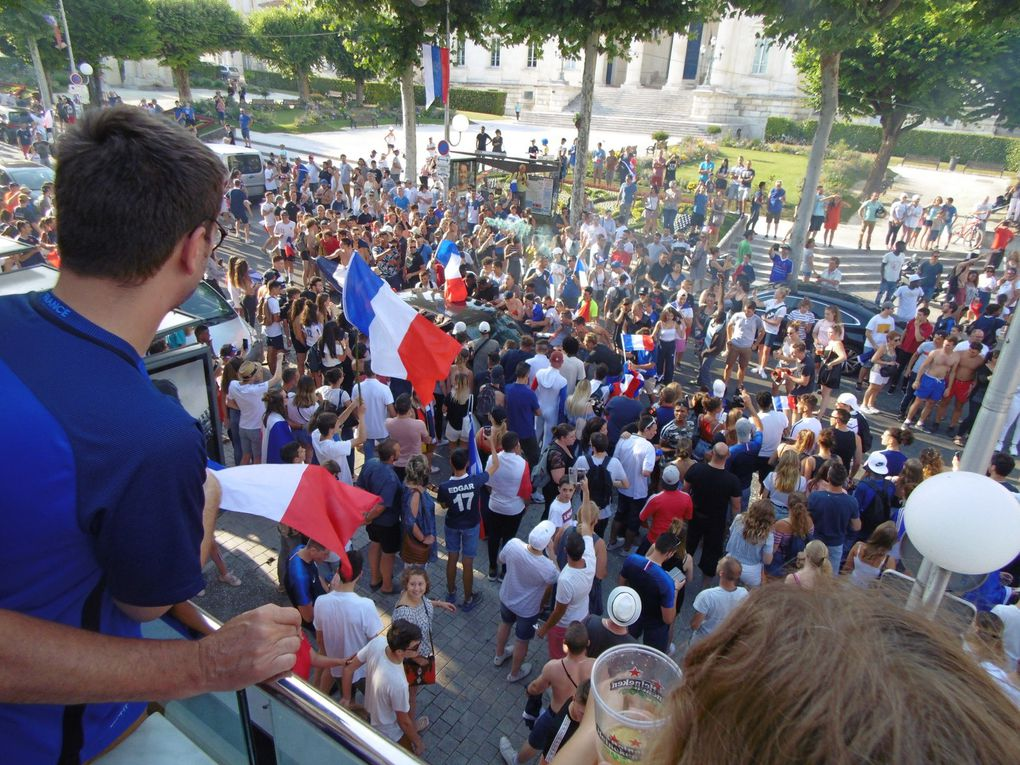 Et ce lundi après son retour de Russie notre équipe va descendre les champs Elysées.... Bonjour la foule.....