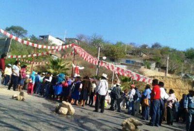 Defraudados por Productos Amor bloquean la carretera Tlapa-Puebla