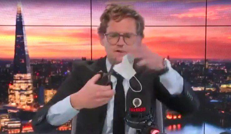 Un presentador de televisión corta su máscara en directo