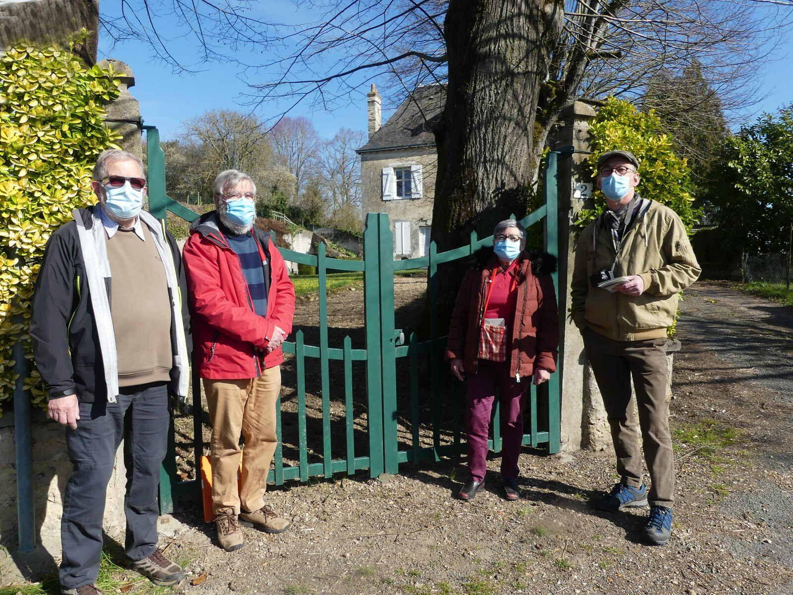 """Les membres de la commission devant la maison à """"La Porte percée"""""""
