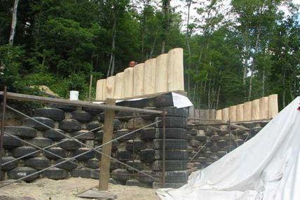 Maison en pneus au Québec n°46 ( juillet 2006 muret nord )