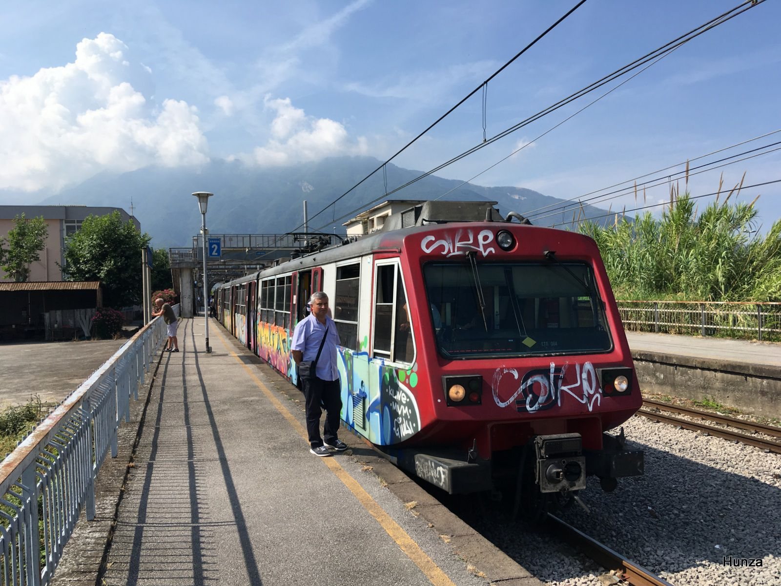 A Pioppaino, l'ETR 084 à destination de Naples attend le croisement de l'ETR en direction de Sorrente (19 juillet 2019)
