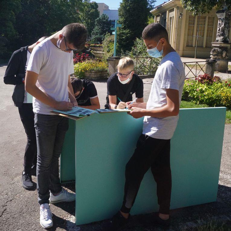 Notre journée s'est poursuivie par un autre travail pédagogique, par petites équipes, au cœur même du Jardin de l'Arquebuse.